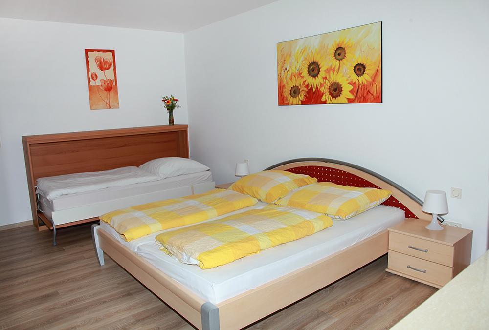 ferienwohnung garten monteurzimmer nahe regensburg mit wlan ferienwohnung. Black Bedroom Furniture Sets. Home Design Ideas